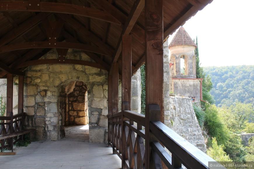 На территории монастыря находится: Собор мучеников Давида и Константина, колокольня 1845 года постройки и каменная стена с башней.