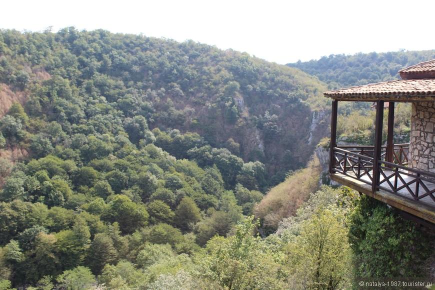 Энергетика у монастыря потрясающая, здесь в окружении каньонов и тишины ощущаешь спокойствие и умиротворение.  Настоятельно рекомендую прийти сюда пешком и не торопясь, наслаждаясь, расслабляясь, провести здесь побольше времени, можно даже спуститься в каньон.