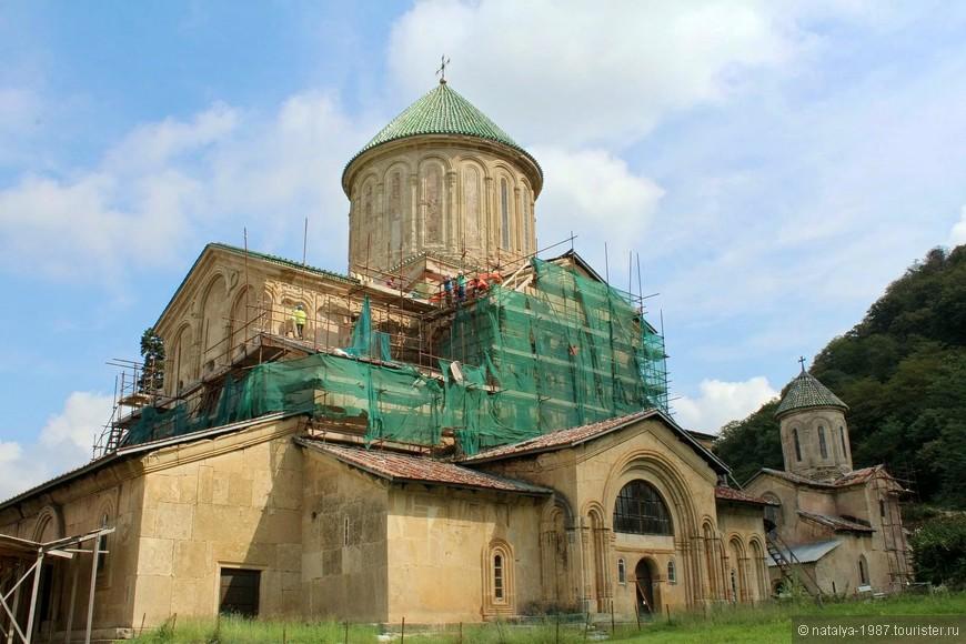 На территории монастыря находится 3 храма: Храм Рождества Богородицы (на фото, сейчас на реставрации),  Храм Святого Георгия, Храм Святого Николая Чудотворца