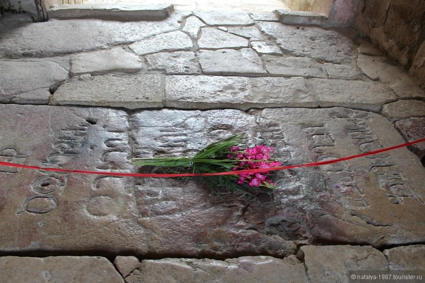 Могильная плита, под которой похоронен Давид Строитель. Сейчас её берегут, никто уже на неё не наступает
