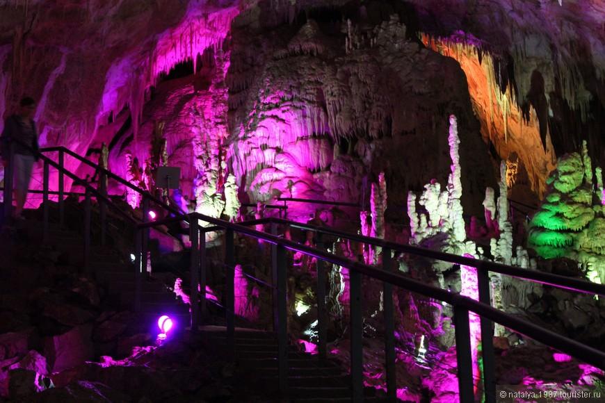 Внутри пещеры немножко прохладно (и зимой, и летом температура составляет +14 градусов), очень сыро, а вследствие этого грязно и скользко на дорожке. Перила есть не везде, так что нужно быть поаккуратнее.