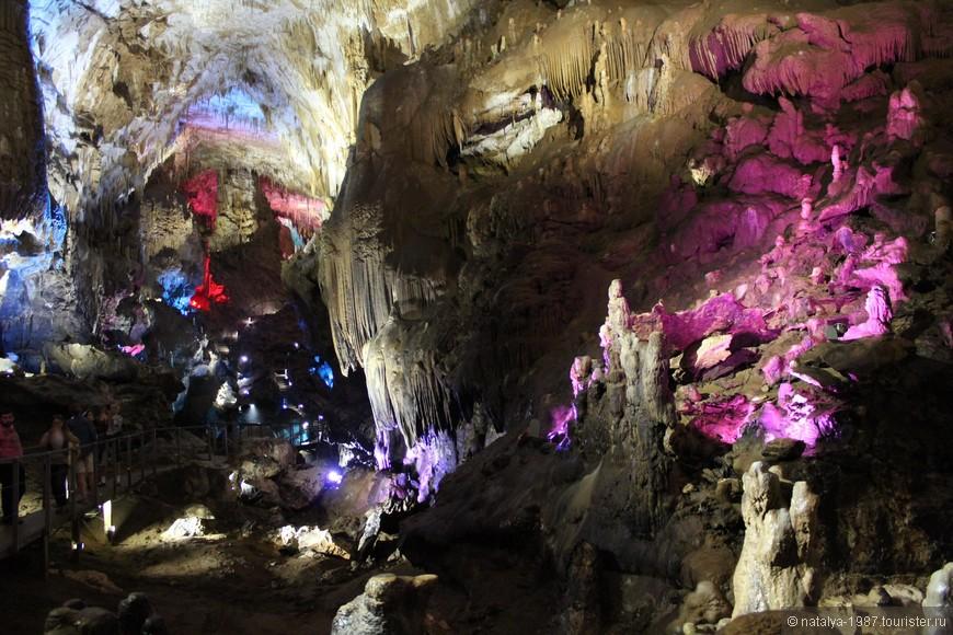 Внутри пещеры проходит единственная дорожка, заблудиться не получится.
