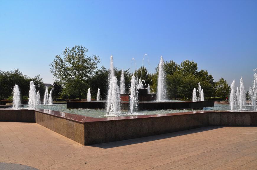 03. Центр, конечно, очень ухожен. Везде зелень, фонтаны, плиточка и прочие атрибуты современного города.