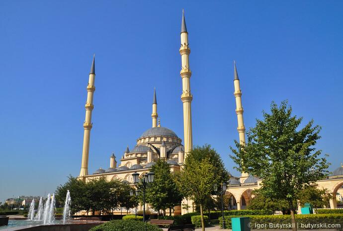 06. Сама мечеть производит впечатление крупного, внушительного здания, но при этом очень элегантного. Напомнила стамбульские мечети.