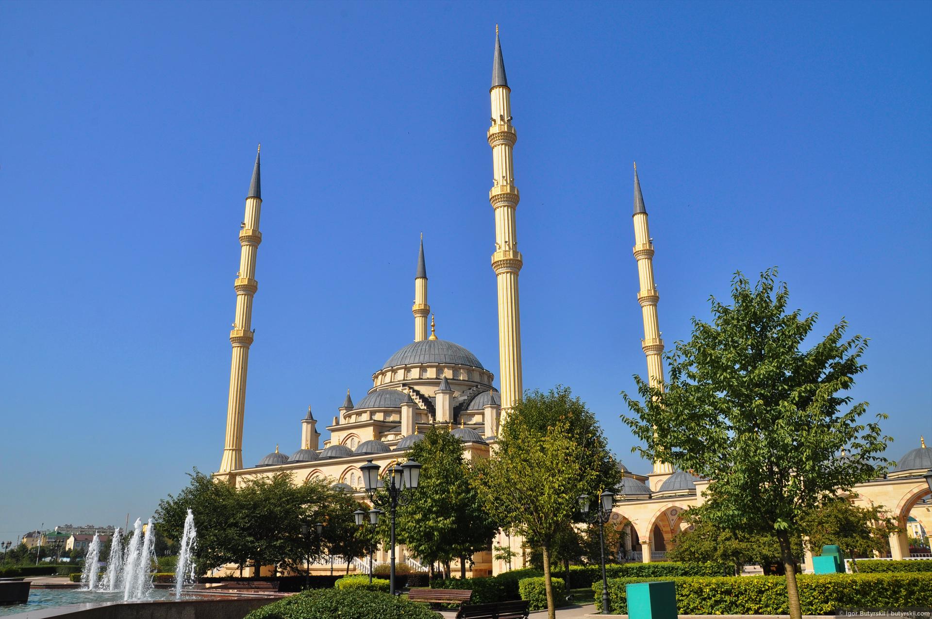 06. Сама мечеть производит впечатление крупного, внушительного здания, но при этом очень элегантного. Напомнила стамбульские мечети., Грозный