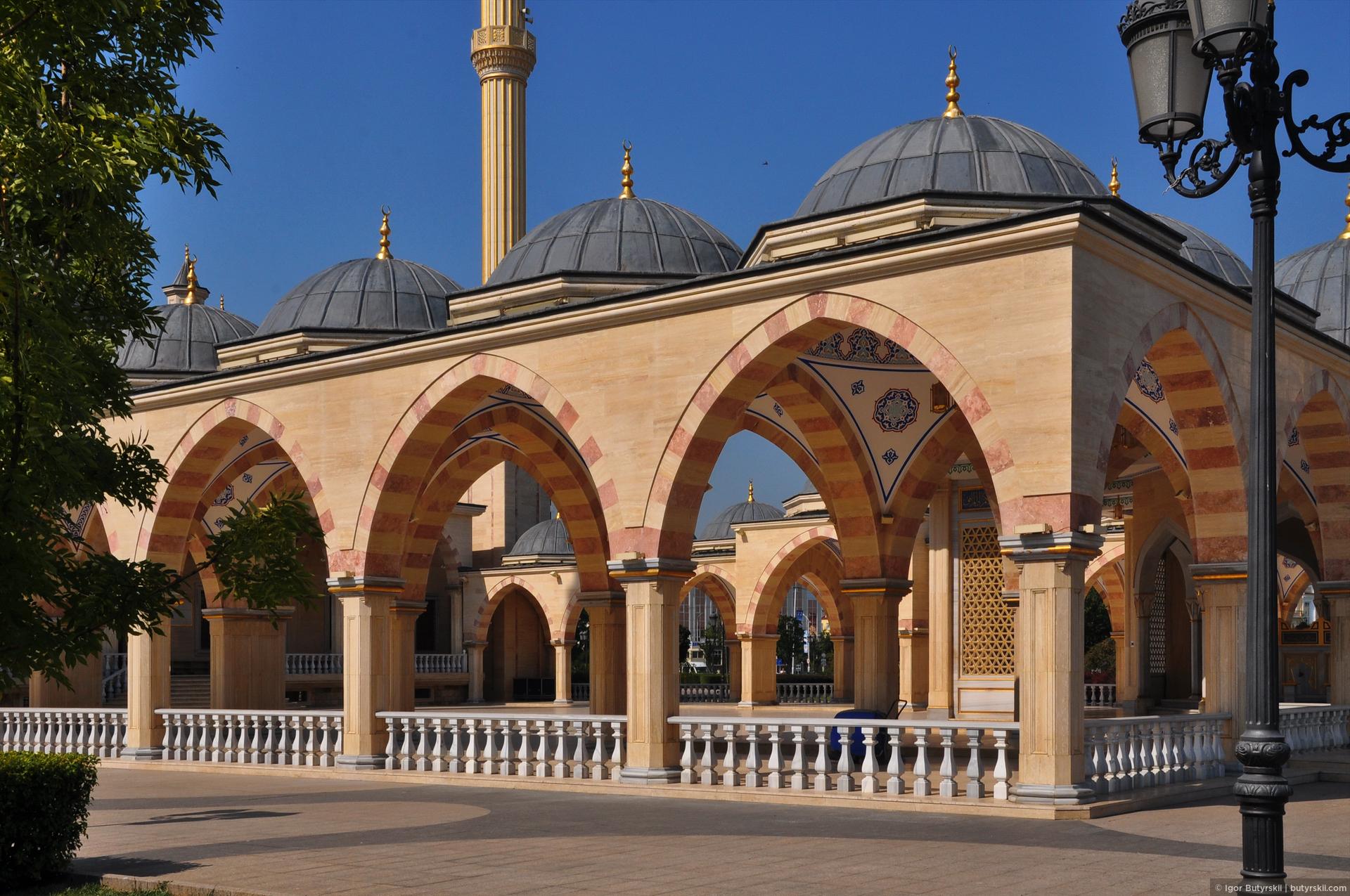07. Мечеть названа в честь Ахмата Кадырова, как и многие другие здания в городе. Построили её, кстати, всего за два года., Грозный