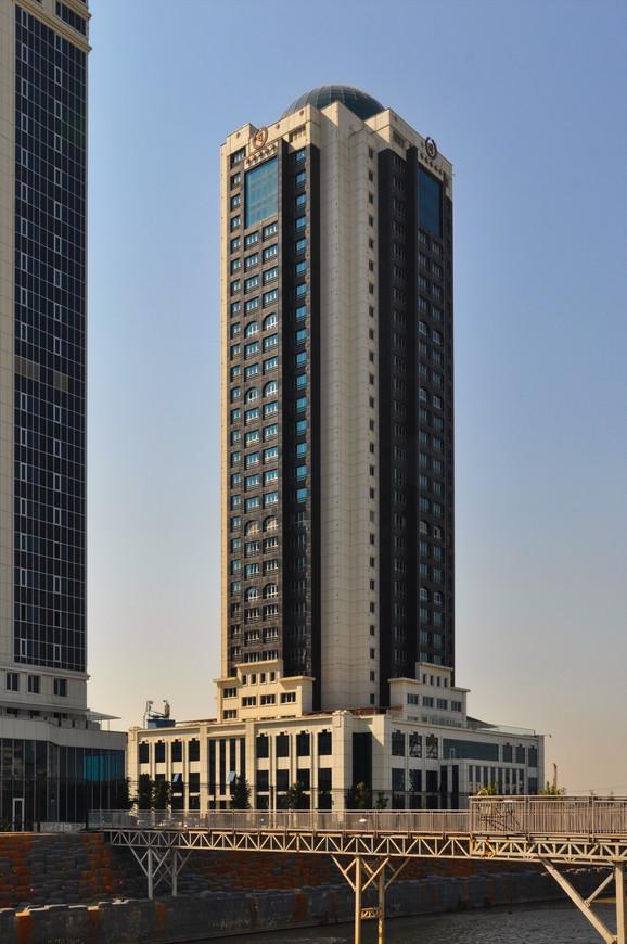 13. Отель Грозный-Сити. Я обошел все башни в комплексе в поисках смотровой площадки, но утром все было закрыто, к сожалению.