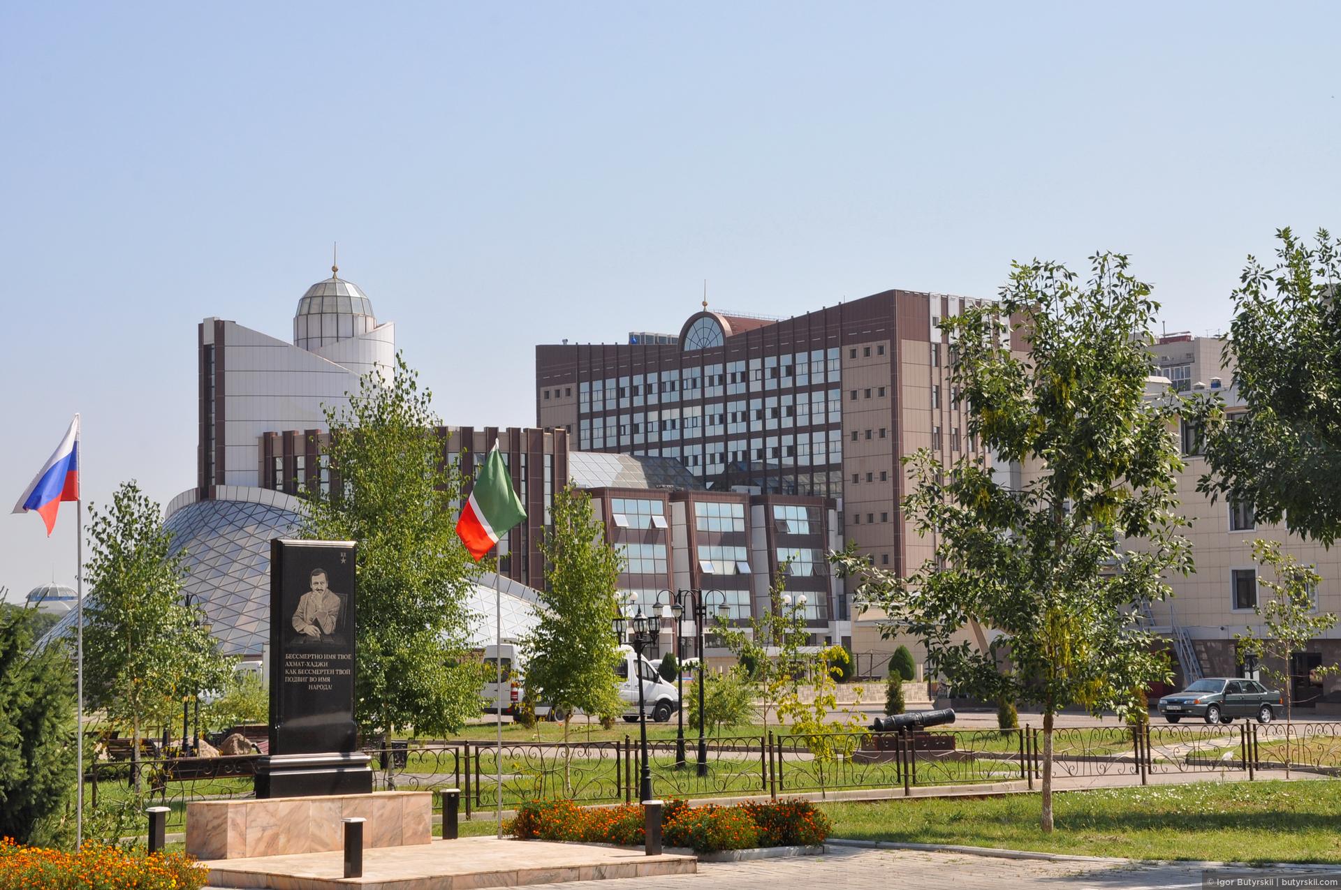 29. Архитектура города, по моему мнению, спорная. Если в центре все очень здорово отстроено и отлично выглядит, то немного подальше начинаются стандартные русские «цветные зеркала» на фасадах и невнятные формы зданий., Грозный