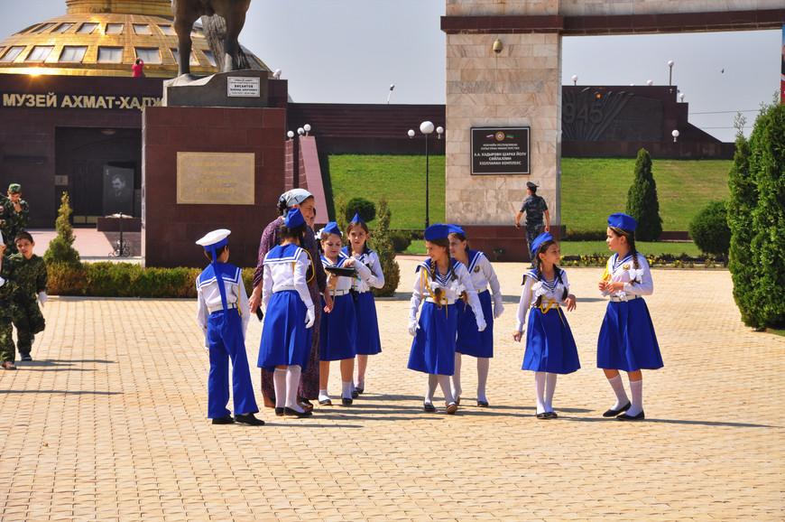 34. В день, когда я был в Грозном, в России отмечался «День флага». Было много людей с флагами, а также детей.