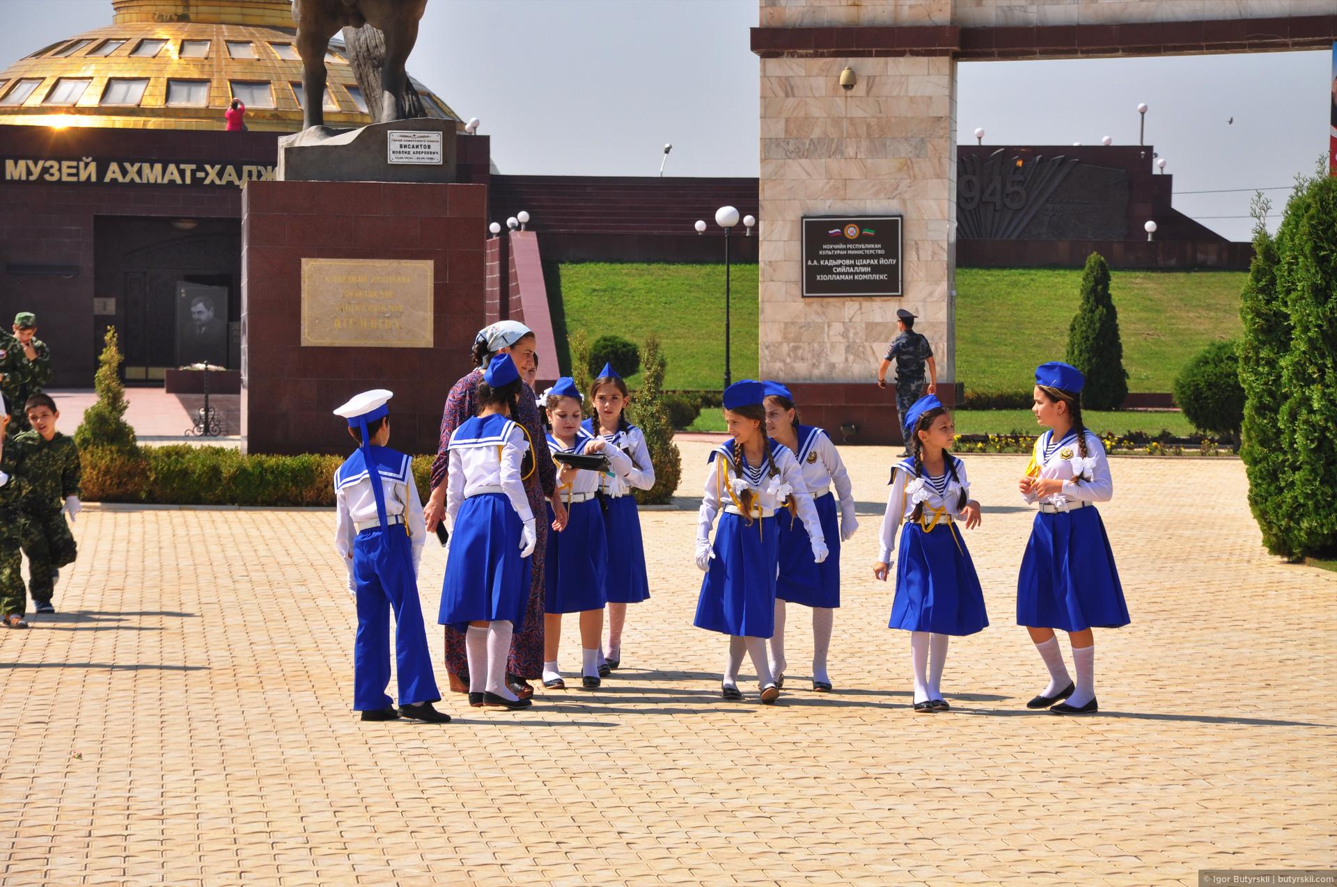 34. В день, когда я был в Грозном, в России отмечался «День флага». Было много людей с флагами, а также детей., Грозный