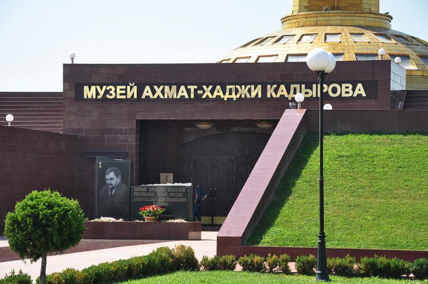 36. Памятник Ахмату Кадырову с выгравированной цитатой Путина на плите.