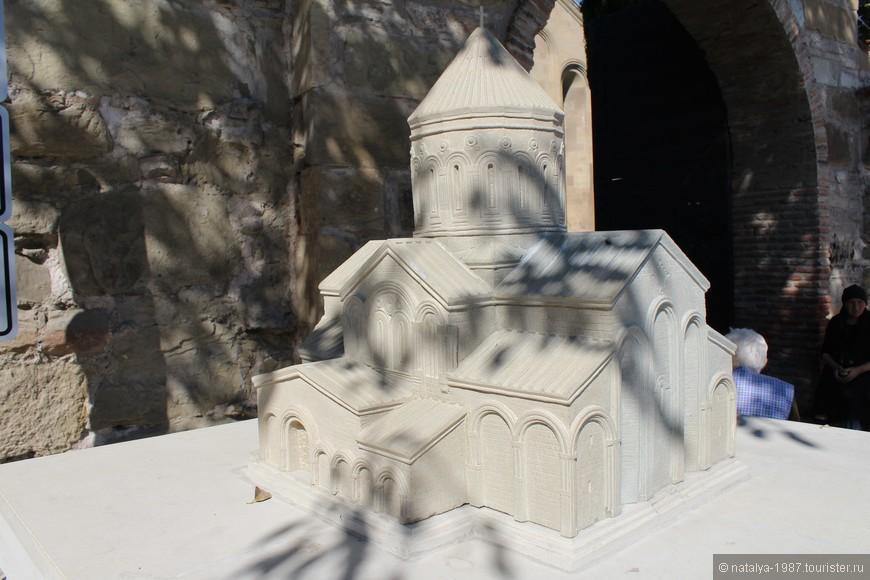 Возле ворот есть уменьшенная копия храма. Путь преградили 3 руки с коробочками – бабушки, просящие денег.