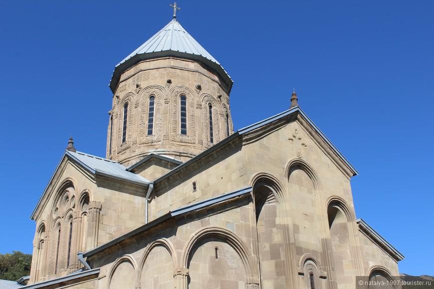 Самтавро - это комплекс из Самтавро-Преображенской церкви и женского монастыря святой Нины. Второй по величине и популярности храм Мцхеты. Туристов здесь не много, в основном местные жители.
