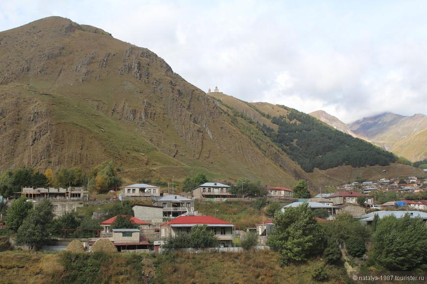 Виды с балкончика. Ходит легенда, что хорошему человеку удаётся увидеть вершину Казбека, плохому гора её не показывает. Вы видите хоть что-то напоминающее Казбек? Также не видели и мы…