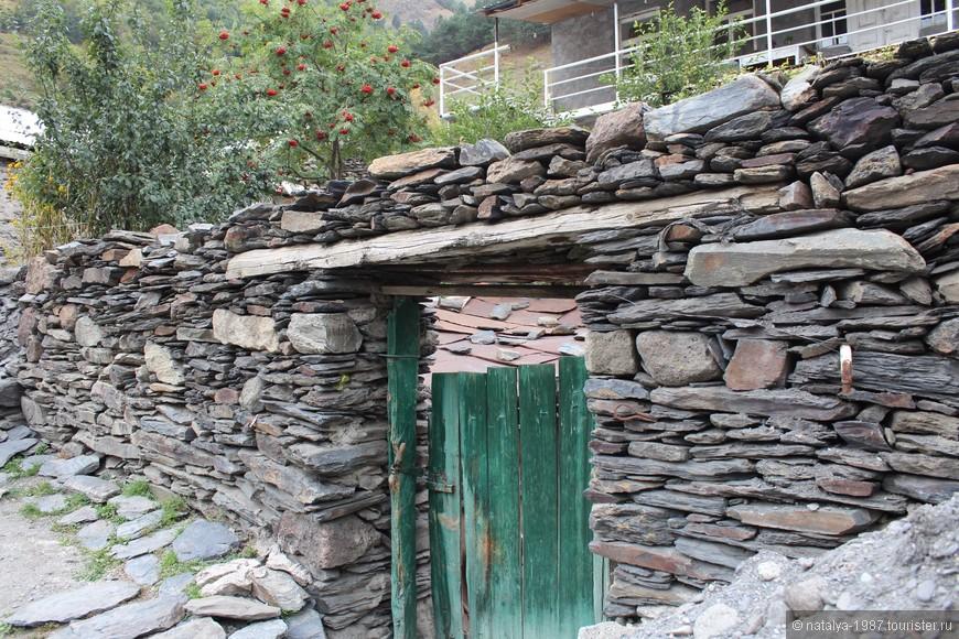 Здесь дома, заборы сделаны из камней, самое интересное, что цемента практически не видно.
