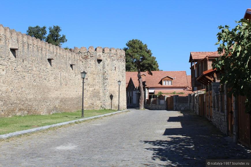 А вот уже и стена храма. Отказав очередному таксисту и понаблюдав, как на глазах тает грузинское гостеприимство, поспешили удалиться.