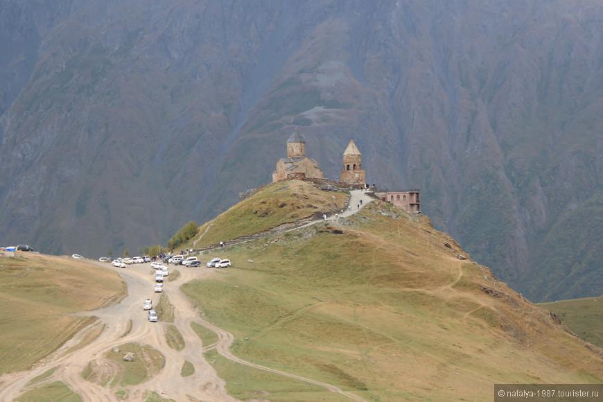 Троицкая церковь в Гергети (Гергетис Цминда Самеба) расположена на холме у подножия горы Казбек (высота над уровнем моря составляет 2170 метров).