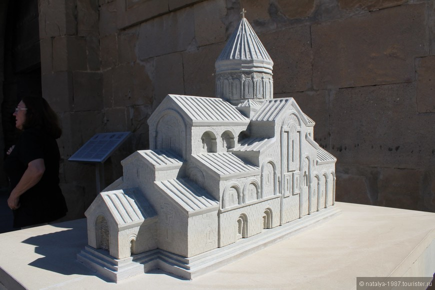 Перед храмом его уменьшенная копия.