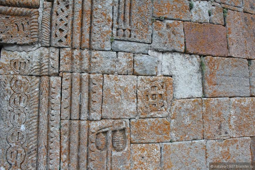 Очень интересно сделаны стены церкви. XIV век. Невероятно!