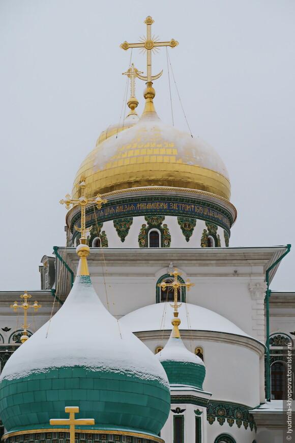 Золочёный купол церкви Воскресения на высоком барабане, украшенном изразцами, возвышается над всеми остальными.