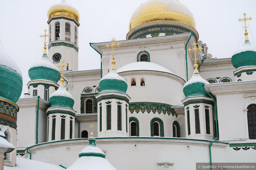 Центр Воскресенского собора – величественная церковь Воскресения Христова. Вокруг здания главной церкви множество приделов, каждый из них увенчан отдельной главкой.