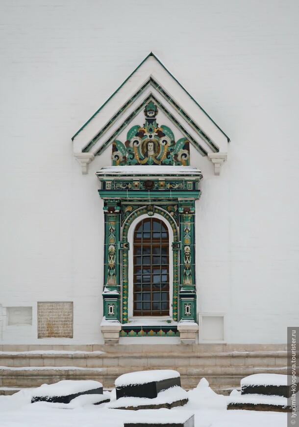 Многие детали декора Воскресенского собора были выполнены из изразцов, изготовленных известными мастерами Степаном Полубесом и Игнатием Максимовым.