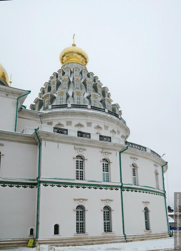 С запада к собору примыкает перекрытая высоким шатром ротонда, внутри которой находится часовня Гроба Господня.