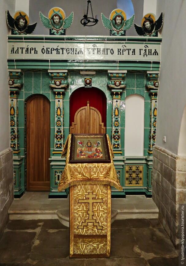 Так обозначено место обретения Креста Господня.