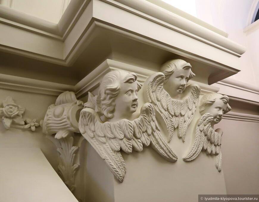 И за всем с любопытством наблюдают ангелы.
