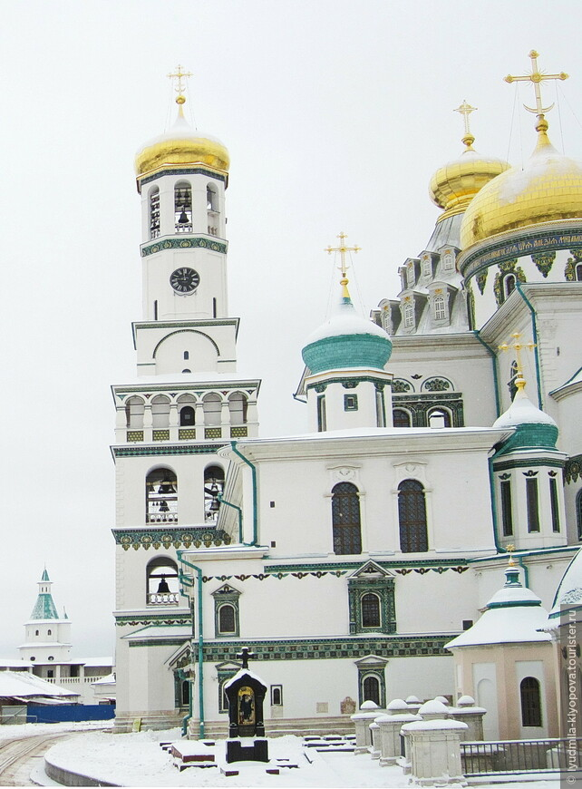 У южного фасада собора – семиярусная колокольня. В 1941 году она была взорвана немцами, поэтому реставраторам пришлось восстанавливать её практически с нуля. С этой же стороны расположен некрополь.