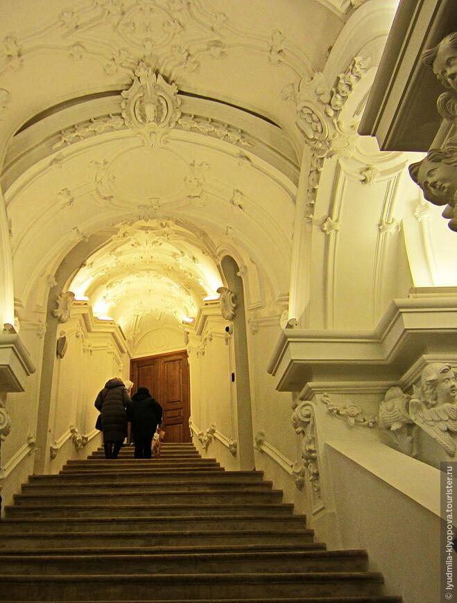 Чтобы попасть в Константино-Еленинскую церковь, нужно зайти в заалтарное пространство церкви Воскресения Христова и спуститься на шесть метров вниз по крутой лестнице.