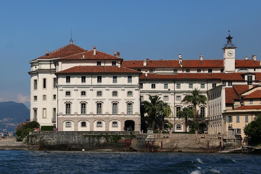 Стиль Дворца Борромео- ломбардийское барокко. Внешне он выглядит очень сдержанно и подчеркнуто просто- никаких излишних архитектурных украшений- только озеро, горы и цветущий сад замечательно обрамляют и дополняют красками семейную резиденцию. В 1990 году Италия выкупила остров у семьи Борромео, оставив им в собственности несколько помещений Дворца. Благодаря этому во Дворце открылся музей, а с 2008 по 2013 год были проведены реставрационные работы Галереи Бертье, оранжереи Элизы и внешнего фасада здания. Хотя я видела на старых фотографиях фасад до реставрации и он мне тоже очень- очень понравился.
