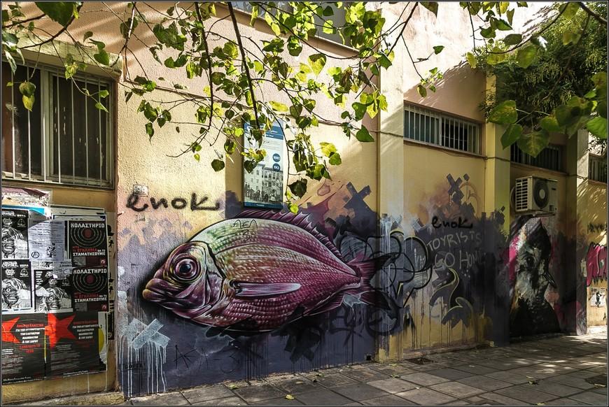 Рыбы здесь много. И в порту, и в ресторанах, и на стенах.