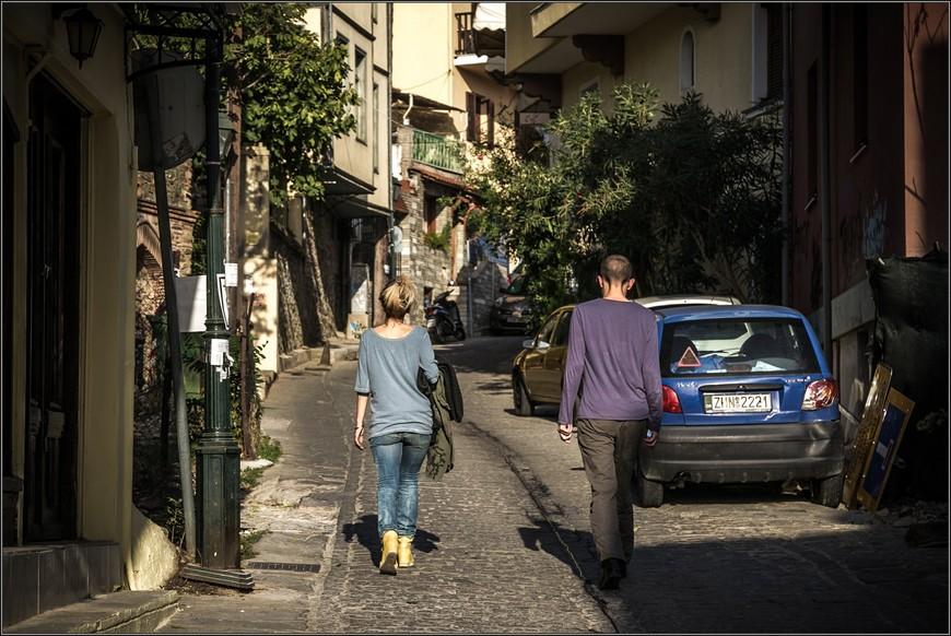 """Если идти вверх пешком, то через какое-то время  вы побредете вот также устало, разрознившись,  с поникшей головой... От площади Аристотеля - маршрутный автобус  №22  домчит вас за 10 минут до остановки """"Ано Поли"""". Билет 1.2 евро."""