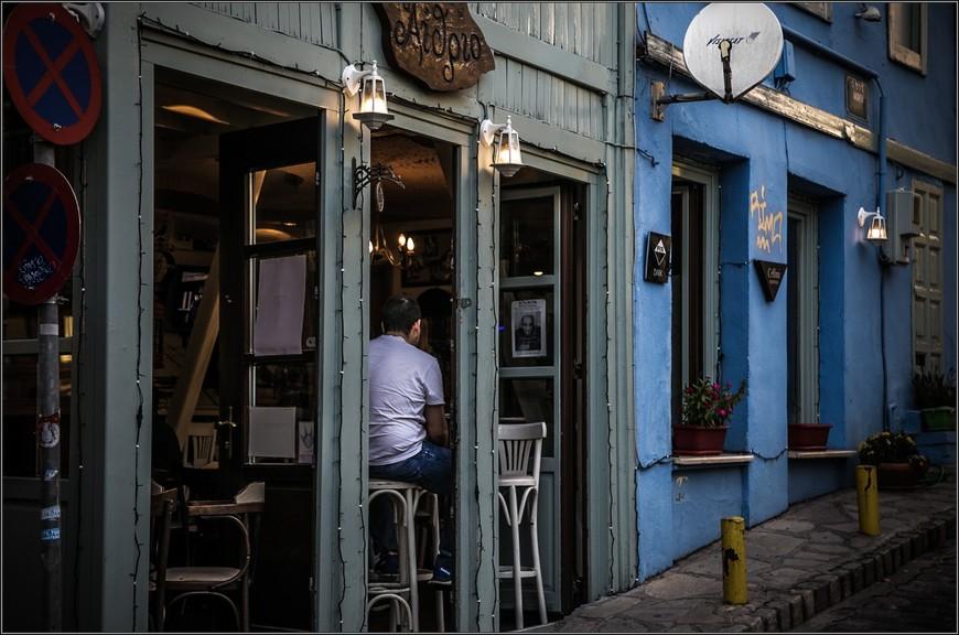 В каждом доме есть кофейня , бар, кафе или ресторан. И если вы окажетесь в Салониках, то еду надо есть здесь, в Ано - Поли, или в Лададике.