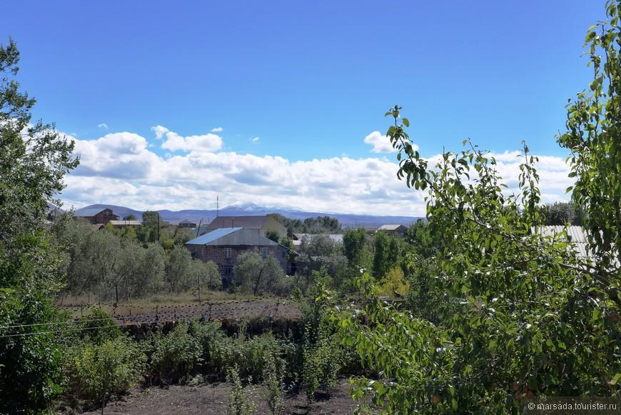 такой пейзаж можно увидеть из окошка в среднестатистической деревне