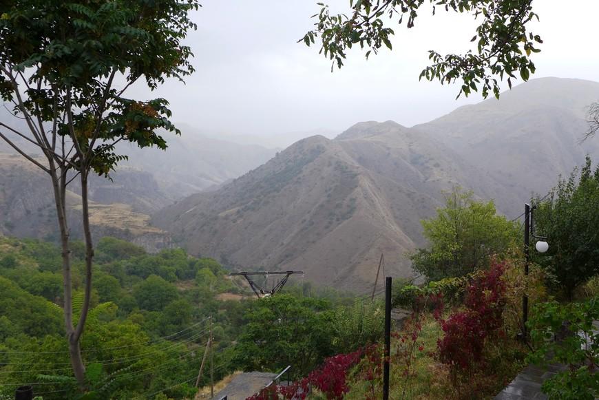 Такие горы окружают языческий монастырь Гарни