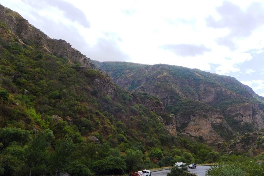 А такие скалы окружают Гегард