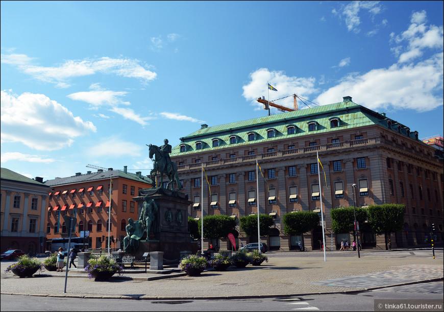 На площади Gustav Adolfs Torg. В центре памятник  королю Густаву II Адольфу.