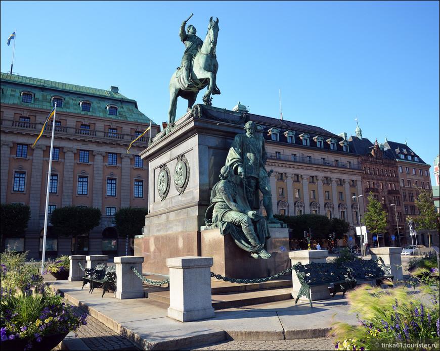 Памятник возведен в 1791 году в честь короля Швеции и основателя города Гетеборга Густава II Адольфа.