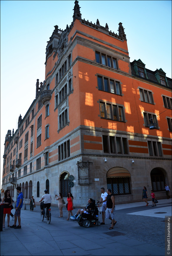 Дворец  Розенбад в стиле венецианского палаццо. Когда-то на этом месте располагались общественные бани, где предлагали ванны с  розами. Отсюда и название дворца. Сегодня в здании расположена Государственная Канцелярия. .