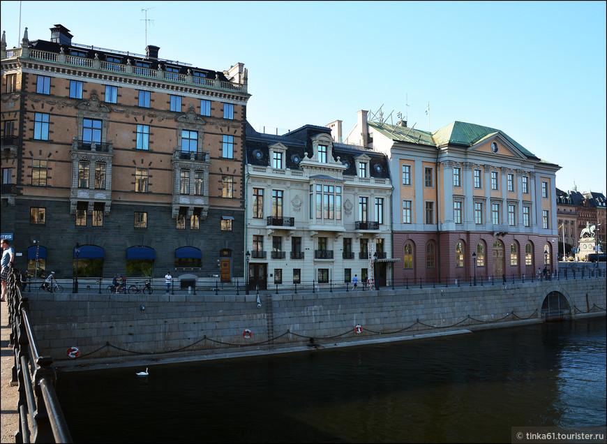 Великолепные дворцовые фасада набережной Стромгатан.