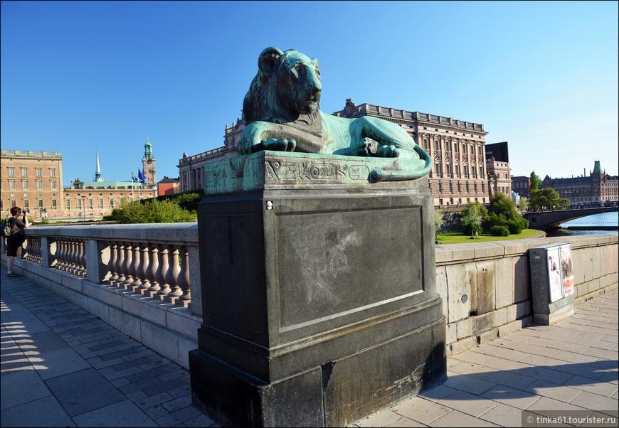 На мосту Норбру,  бронзовые копии египетских львов, установленные в 1927 году.