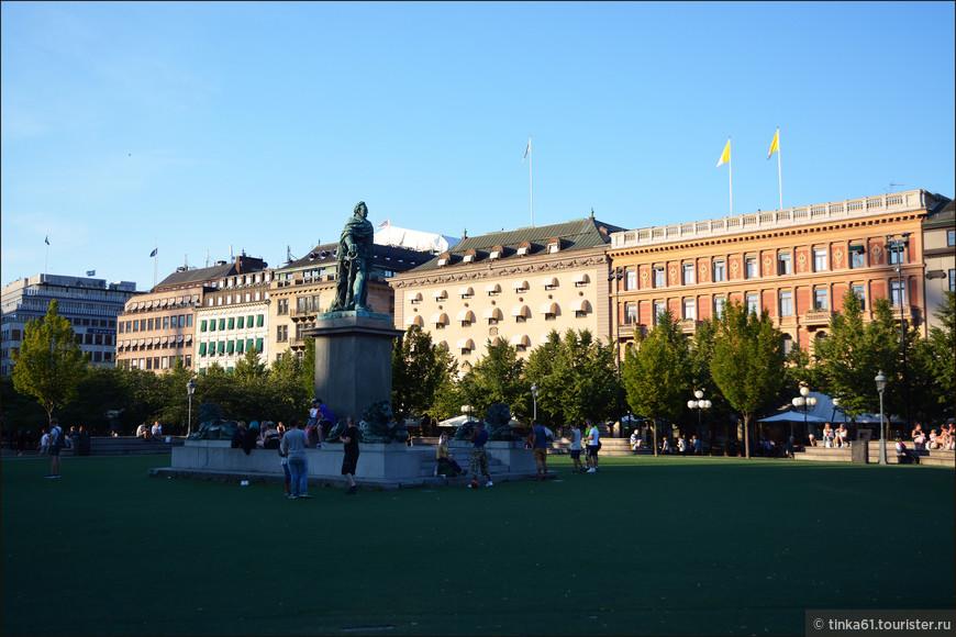 Памятник Калу XIII на площади Карла ХII.