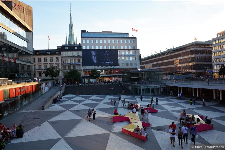 На площади Сергельторг всегда многолюдно.