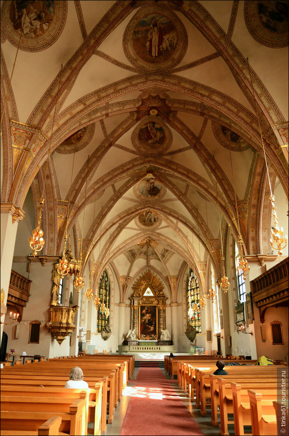 Интерьеры Святой Клары выдержан в бело-золотых тонах, отличаясь торжественностью и пышностью убранства.
