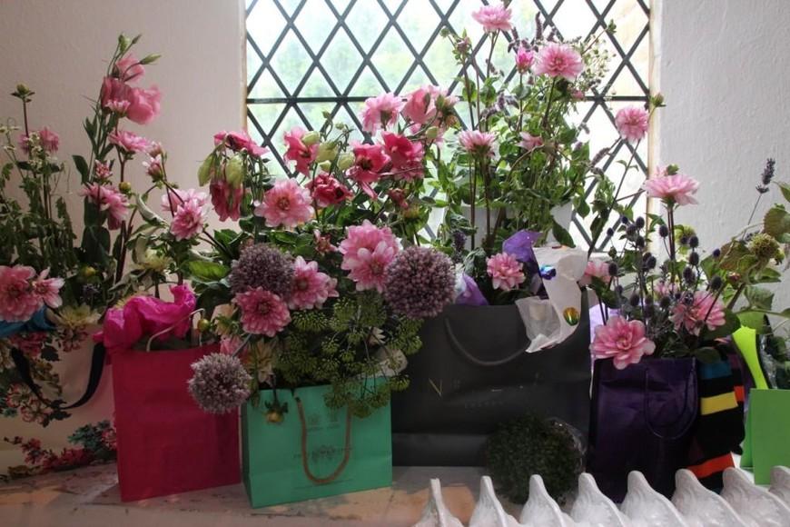 В помещении церкви - флористическая выставка местных жителей.