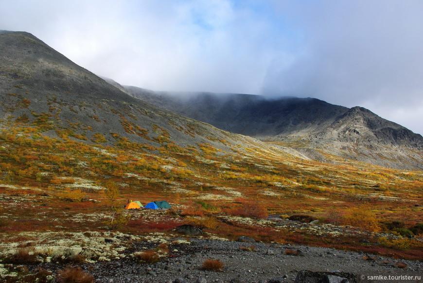 Вкратце Хибины — это горы за Полярным кругом, субарктический климат, несколько природных зон, сменяющих друг друга с набором высоты: северная тайга, зона березовых криволесий и наконец зона высокогорных гольцовых пустынь и вечных снегов (арктическая пустыня). На фото - наш лагерь в долине реки Малая Белая у подножия горы  Юдычвумчорр - высочайшей точки Хибин.