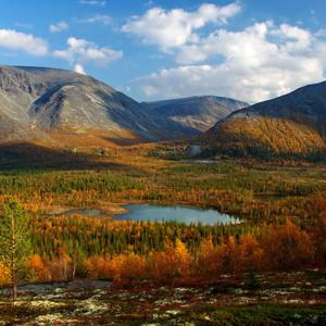 Вид на полигональные озера и долину реки Кунийок.