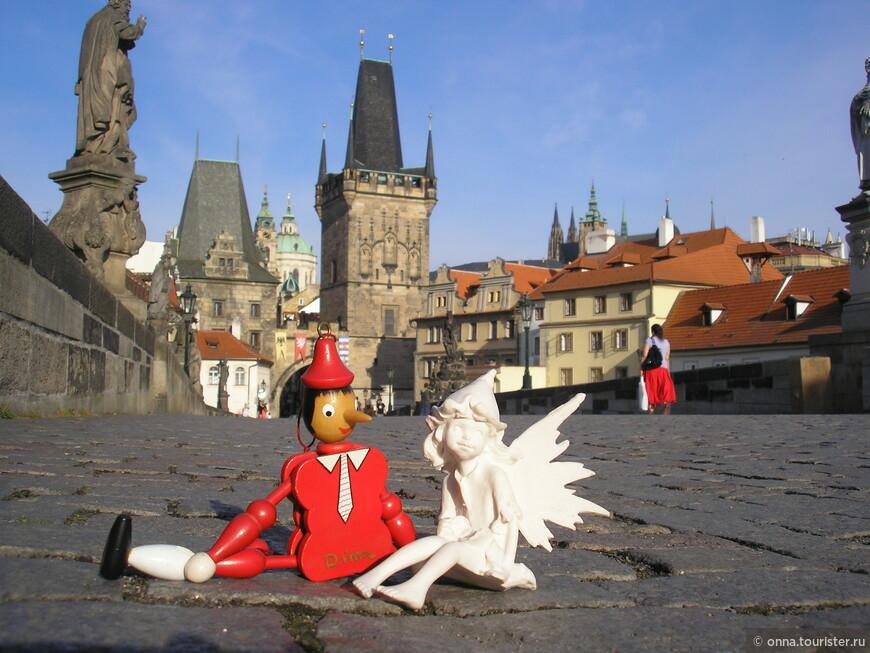 Ускакали деревянные лошадки в Прагу.   Если вы хотите вернуться в девство маленьких кукольных историй – приезжайте в Прагу!  Этот город, как большая сцена с множеством декораций и игрушек, вы легко попадёте в страну детства.  Помните, как мы маленькими любили делать домики под столом? Завешивали всё плотной тканью, тащили туда подушку, любимые игрушки и обязательно зажигали лампу. С ней наш домик оживал, становился сказочным.  Где сейчас эти маленькие фантазёры? Они стали взрослыми дядями и тётями. Перед ними важные цели, серьёзные планы, сложные вопросы, большие перспективы, они уже никогда не поверят в то, что удав может съесть слона.  Они - это мы - постаревшие дети.